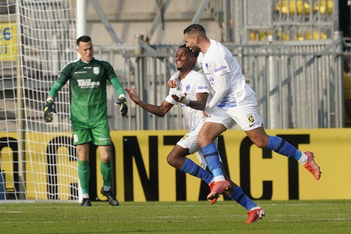 Vitesse-invaller Oussama Tannane bespringt doelpuntenmaker Yann Gboho.