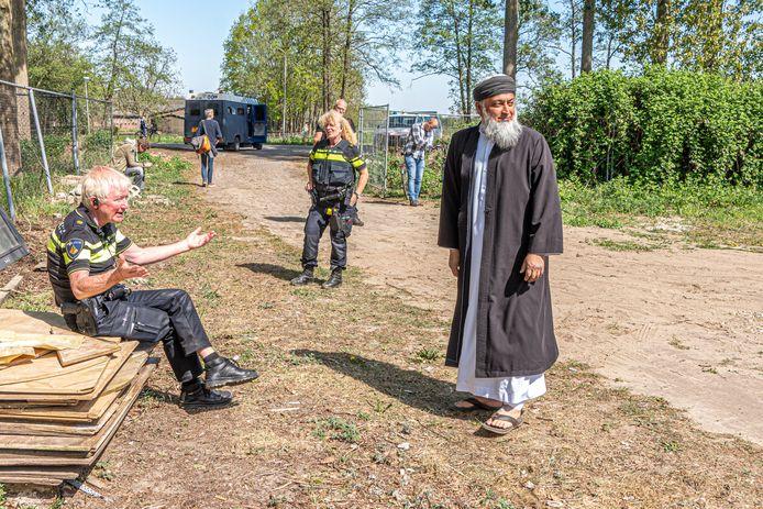 Imam Sharief Goelab van Masdjied-E-Awliya maakt het vrijdagmiddag maar een beetje gezellig met onder andere wijkagent Henri van de Hoeve, nu hij toch veel eerder dan anders naar de moskee is gekomen. Pegida-demonstranten laten zich vanmiddag niet zien, pers en politie wel.