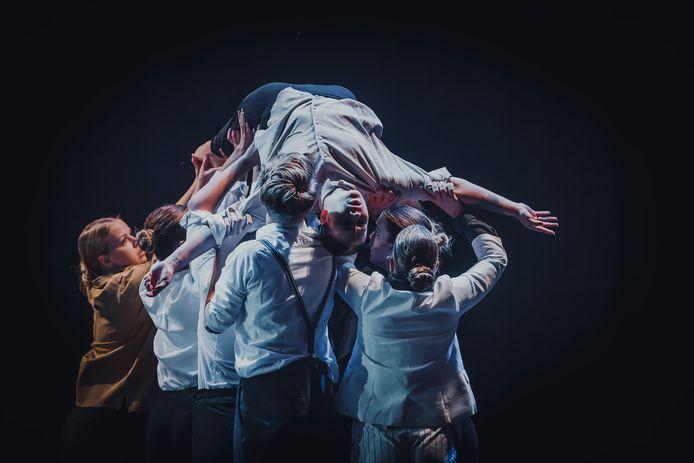 Een avondvoorstelling van Roosendaal Danst! in De Kring. Studenten van de MBO Dans brachten vorig jaar een indrukwekkende choreografie.