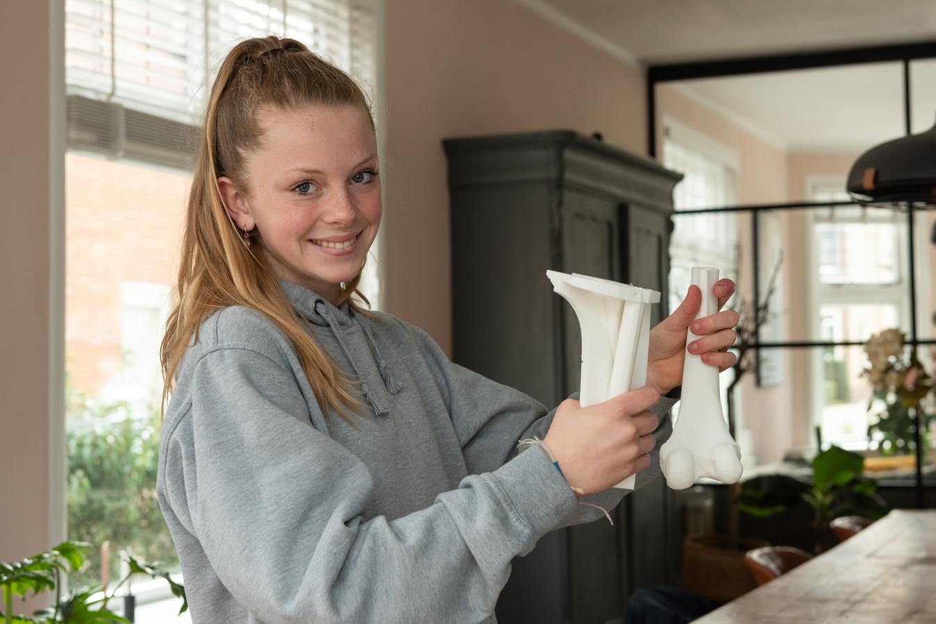 Bo uit Soest toont de mal die gebruikt is om haar bot te maken.