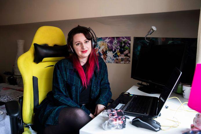 Cassie K. aan het gamen op een oudere laptop.