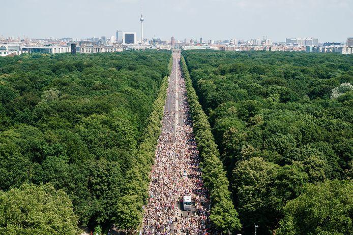 """Des participants se déplacent devant la Porte de Brandebourg alors qu'ils assistent à la parade du Christopher Street Day """"CSD Berlin 2021"""" à Berlin, en Allemagne, le 24 juillet 2021."""
