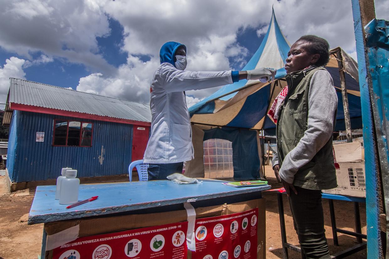 De temperatuur van een patiënt in Kenia wordt opgemeten Beeld ZUMA Press