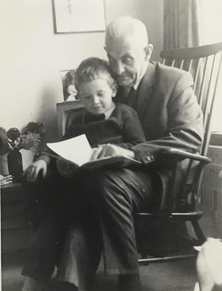 Op schoot bij zijn Friese grootvader. Beeld