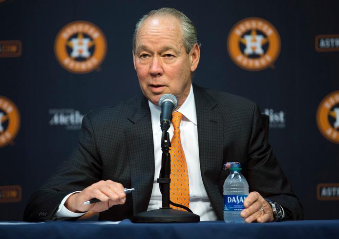 Houston Astros-eigenaar Jim Crane maakt zijn maatregelen bekend.