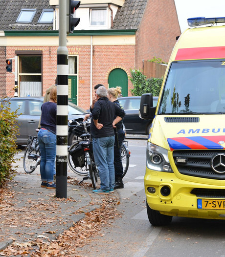 Twee fietsers botsen in de Mastbosstraat Breda, vrouw gewond naar ziekenhuis