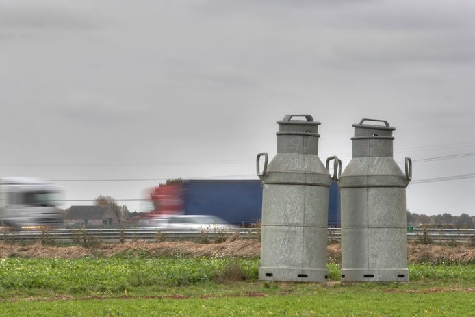 Zonnepark De Melkbussen kom te liggen waar nu nog de metershoge melkbussen Kobus en Kwiebus staan. Die schuiven straks een stukje op richting Wouw.