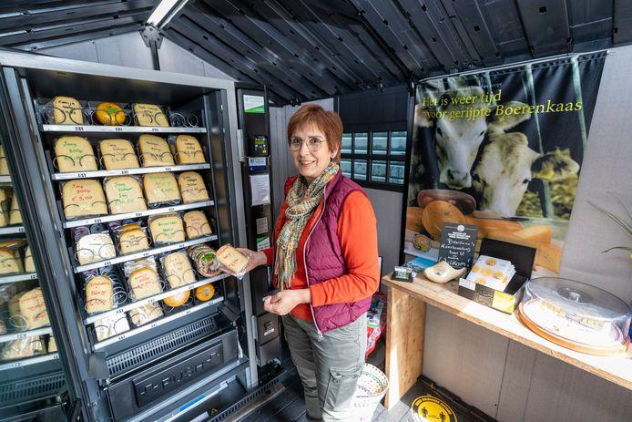 Verkoop van de boer aan de consument neemt een spurt. Kaasboerin Marjon Verkleij in Alphen vult haar automatiek met kaas.