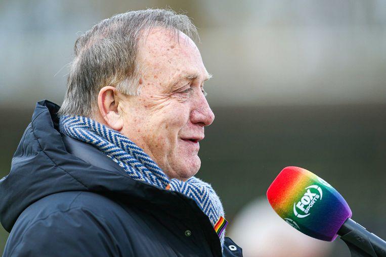 Feyenoord-coach Dick Advocaat getooid met regenboogspeldje voor een microfoon in regenboogkleuren bij de wedstrijd tussen VVV Venlo en Feyenoord, december vorig jaar. Het was onderdeel van de campagne #OneLove van de KNVB voor (seksuele) diversiteit. Beeld ANP