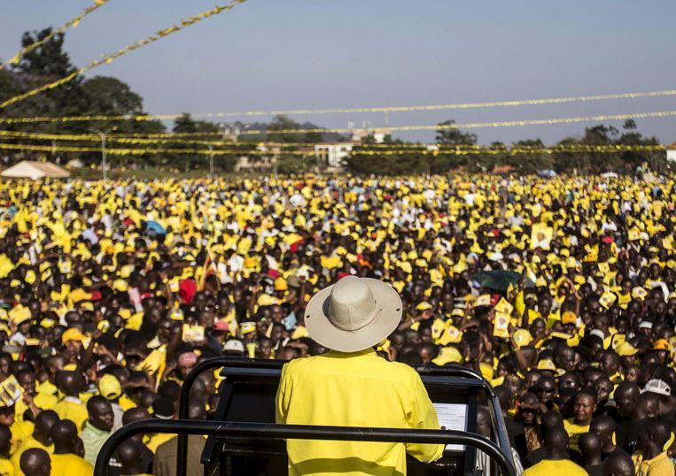 De Oegandese president Yoweri Museveni spreekt bij de vorige verkiezingen in 2016 zijn aanhangers toe. Geel is de kleur van de partij van Museveni.  Beeld REUTERS