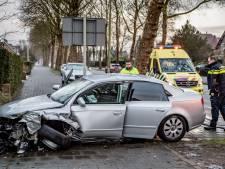 Vrouw verliest door gladheid macht over het stuur en botst op boom in Tilburg