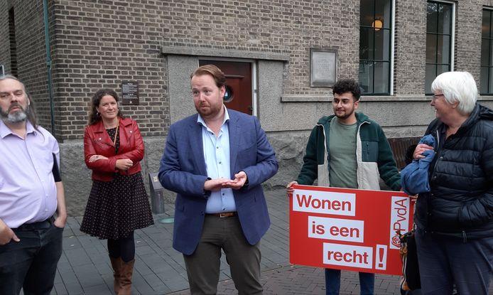 Wethouder Jeroen Diepemaat (midden) tijdens een kort protest in verband met de ontwikkelingen op de woningmarkt.