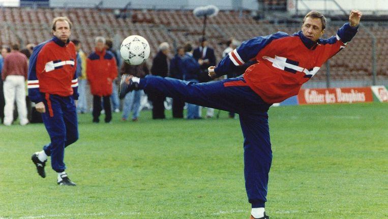 Als trainer van FC Barcelona laat Johan Cruijff zien hoe het moet, in 1991. Beeld null