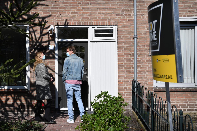 Starters op de woningmarkt bekijken een huis in Den Bosch. Om starters te helpen werd de overdrachtsbelasting vorig jaar voor hen verlaagd.  Beeld Marcel van den Bergh / de Volkskrant