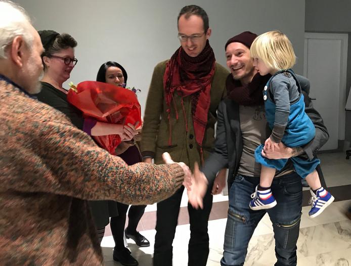 De winnaar Patrick Mangnus, met zijn zoon Sigmar op de arm krijgt de felicitaties van Jan Slijkhuis, een van de andere kandidaten. Achter Jan staat vlnr  Heleen Simons, de partner van Patrick Mangnus,  Viorica Cernica en  Jeroen Diepenmaat.