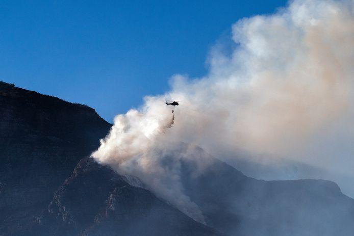 Blushelikopters worden ingezet om te helpen de laatste brandhaarden te blussen.