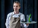 Jasper Willigenburg (16), serveert en werkt in de spoelkeuken bij restaurant Klein Zwitserland.