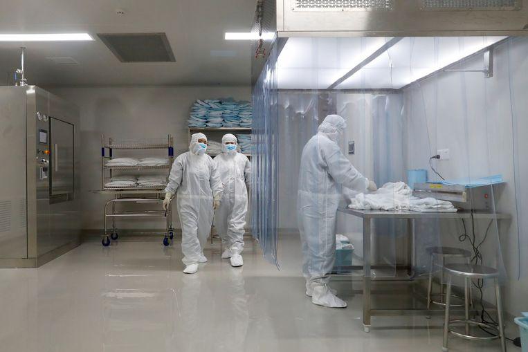 Medewerkers in een faciliteit van vaccinmaker Sinovac Biotech. Beeld REUTERS