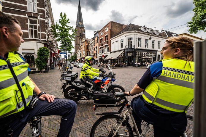 Onder meer gemeentelijke handhavers en politie werkten nauw samen tijdens handhavingsproject Hyena, hier op de kop van de steenstraat Arnhem.