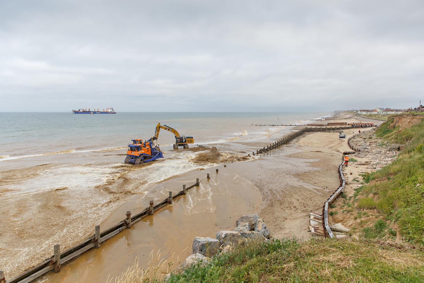 In het Britse Bacton zijn Nederlandse bedrijven met de aanleg van een tweede zandmotor gestart. Die moet de snel eroderende kust gaan beschermen.