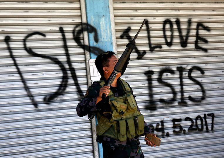 Een Filipijns militair op patrouille bij een voormalig Maute-bolwerk in Marawi. Beeld EPA