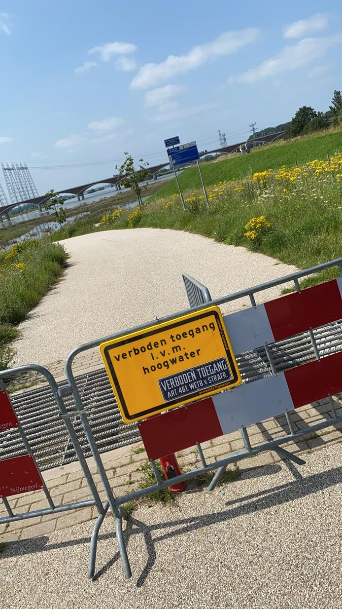 Zwemmen bij de Spiegelwaal in Nijmegen mag wel weer, maar je kunt er nog niet komen.
