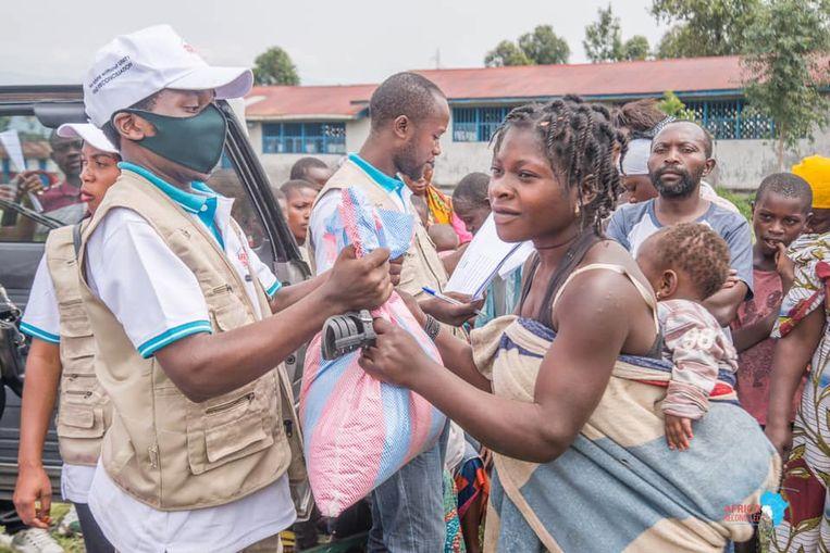 De organisatie Africa Reconciled biedt eerste hulp: drinkwater, eten en sanitaire kits. Beeld Africa Reconciled.