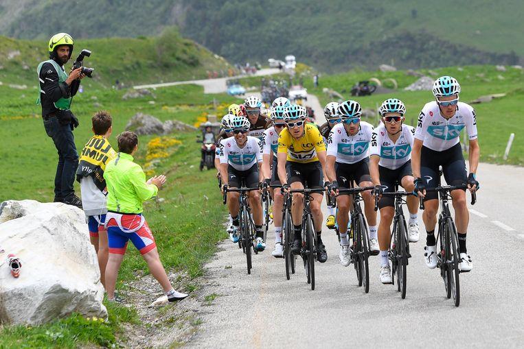 ► Geletruidrager Geraint Thomas kan op de flanken van de Mont Blanc rekenen op sterke ploegmaats. Beeld Photo News