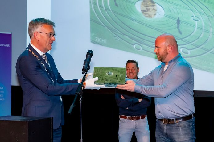Niels Janse (restaurant SEC) ontvangt Global Award uit handen van burgemeester Janssen.