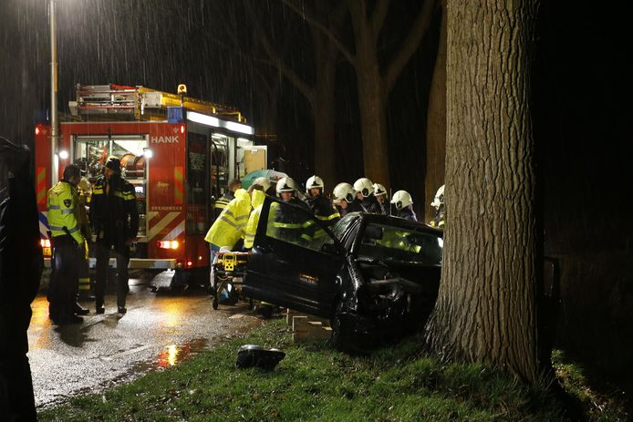 Vrouw verliest macht over het stuur en rijdt tegen boom.