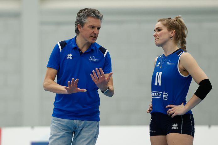 Invaller-coach Mark Roper overlegt met Sliedrecht Sport-international Kirsten Knip. FOTO PIMWASLANDER