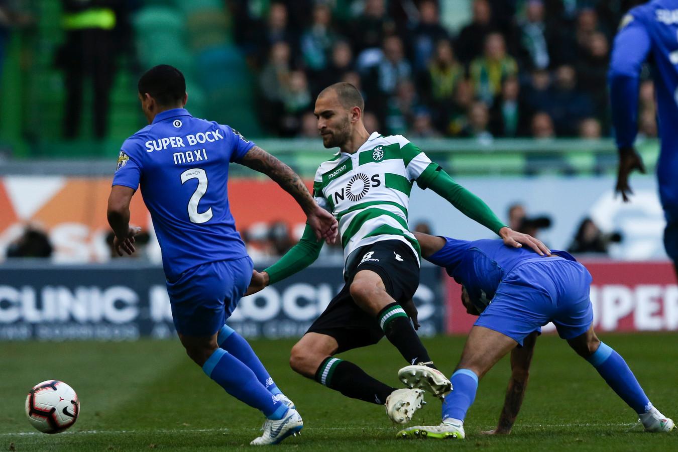 Bas Dost (m) in duel met Maxi Pereira.