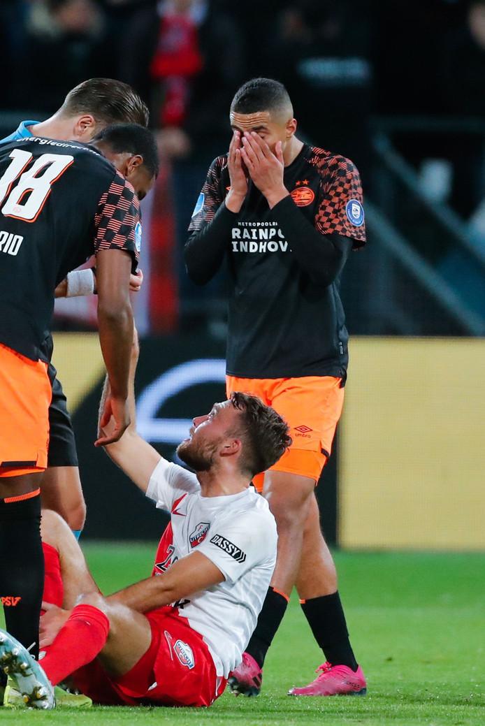 Mohamed Ihattaren in tranen op het veld na het gebaar van de Utrecht-supporters. joe