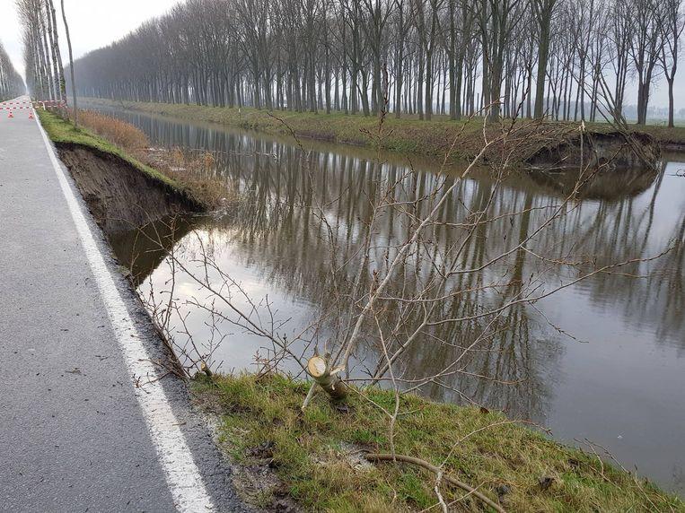 De breuk ontstond in de middendijk tussen het Leopoldkanaal en het Schipdonkkanaal.