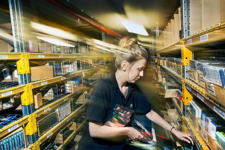 Een Poolse orderpicker werkt als uitzendkracht in het distributiecentrum van Bol.com.  Beeld Ton Toemen