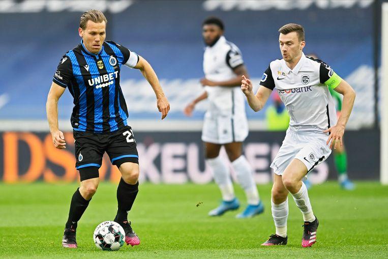Genk-kapitein Bryan Heynen verdedigt op Ruud Vormer van blauw-zwart. Beeld Photo News