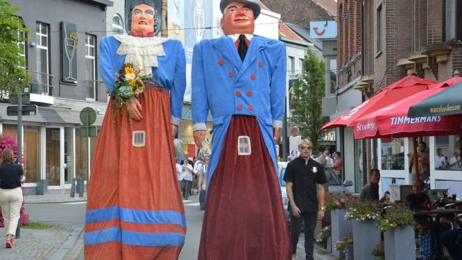 Reuzen Doeken en Doeka hernieuwen na 75 jaar huwelijksgeloften en trekken met reuzenfamilie door stadscentrum