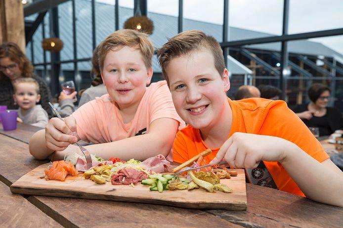 Wessel Rooze en Ezra van der Slikke genieten van een hapjesplank bij 't Klok'uus.