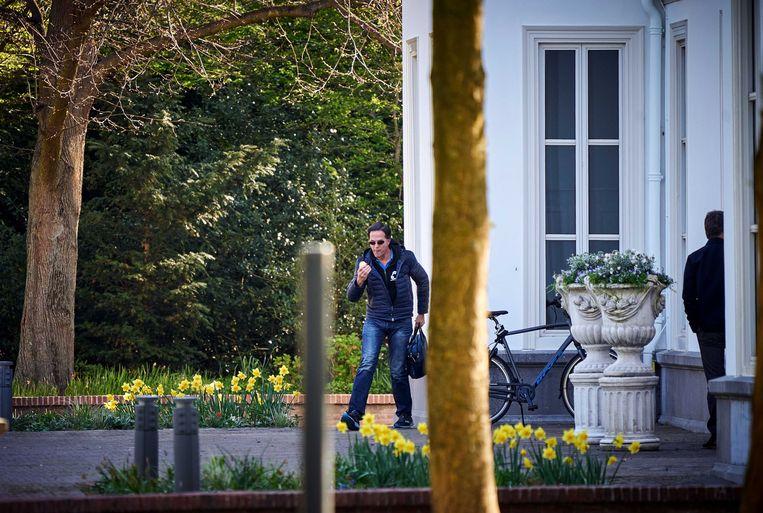 Premier Mark Rutte komt op de fiets aan bij het Catshuis voor overleg over de coronacrisis. Beeld ANP