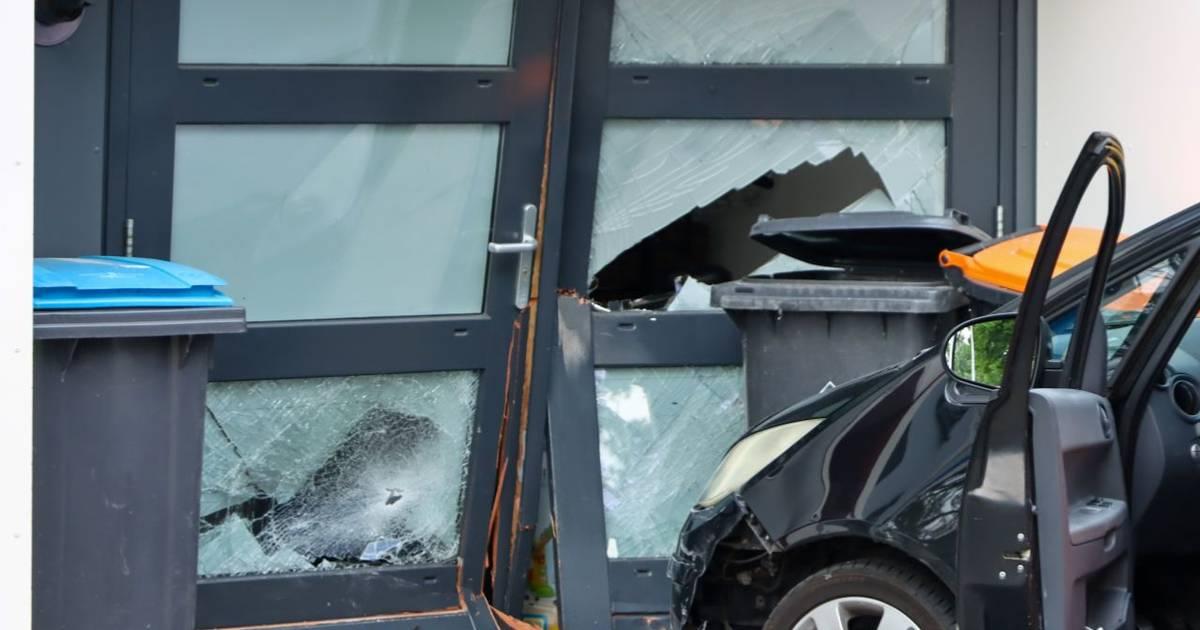 Woning in Enschede zwaar beschadigd na ongeval: politie vordert rijbewijs in.