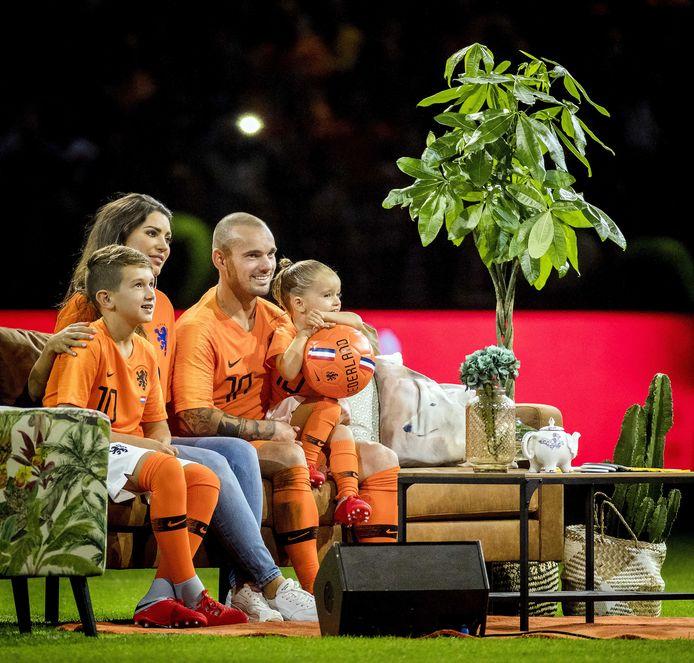 Wesley Sneijder met Yolanthe en de kinderen Xess Xava en Jessey.
