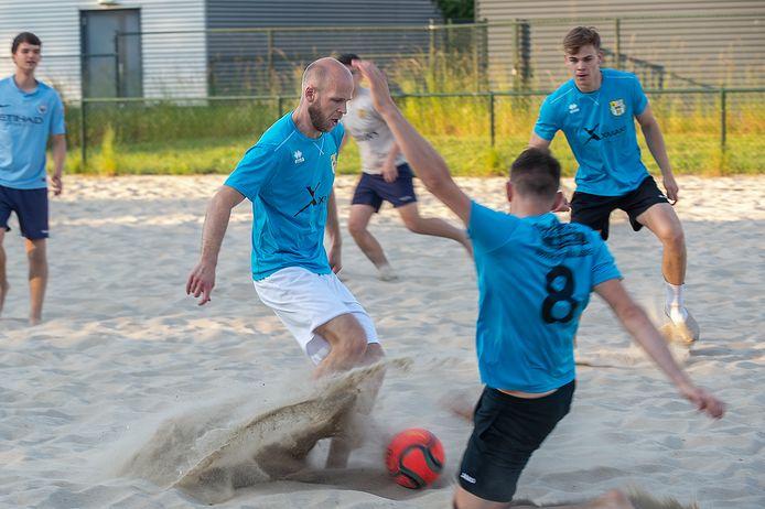 Bram Plomp is deze zomer veel te vinden op het veld van Beach Soccer Zeeland.
