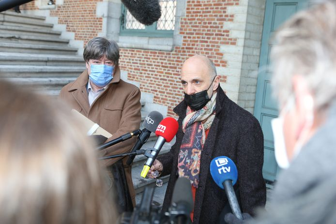 Meester John Maes staat na afloop de pers te woord. Hij en meester Michaël Verhaeghe (links) zijn de advocaten van Bart De Pauw.