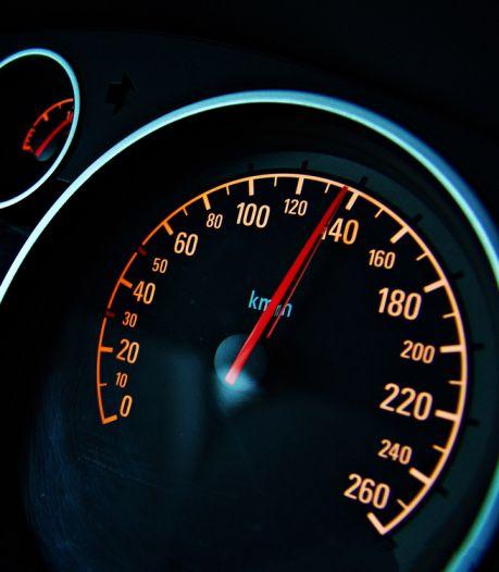 Doesburger sjeest met 174 km/u over een dijk en mag rijbewijs inleveren