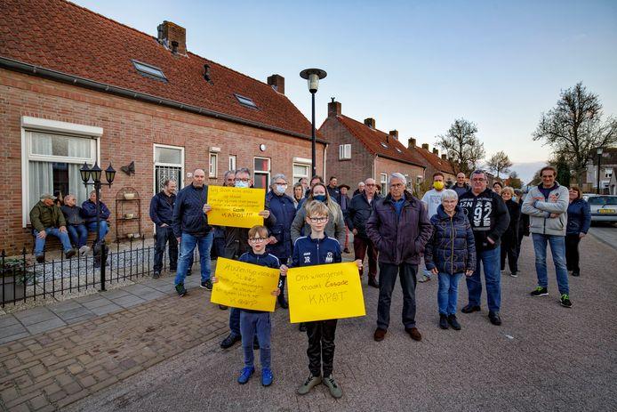 Een groep bewoners van de Molenstraat is boos over de sloop van haar huizen.