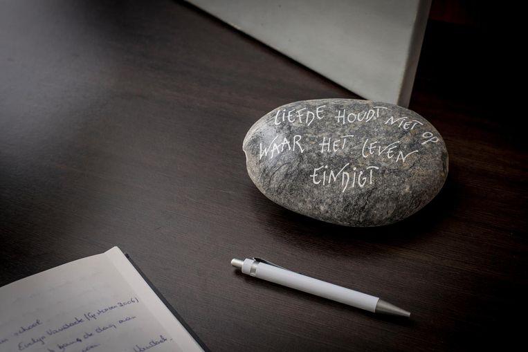 """""""Liefde houdt niet op waar het leven eindigt."""" Bij het rouwregister schreef iemand ook deze troostende woorden op een steen."""