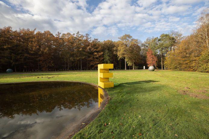 """Kunstenaar Marc Ruygrok over 'zijn' letter E op de Grote Beek:  ,,De letter weerspiegelt in het water, waardoor je een dubbele E krijgt. Alsof de werkelijkheid wordt verdubbeld."""""""