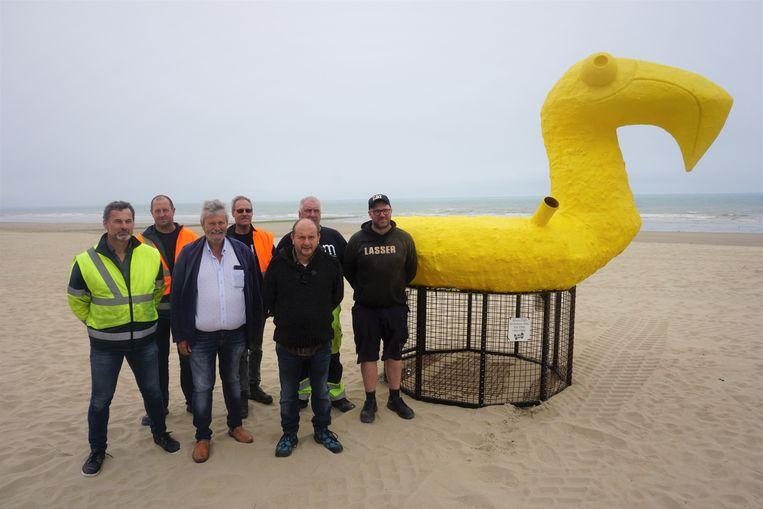 Even voor de middag werd één van de twee opvallende vuilnisbakken op het strand van Westende gezet