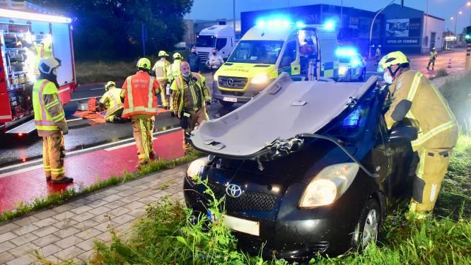 Vrouw gewond na tik van vrachtwagen die door het rode licht rijdt