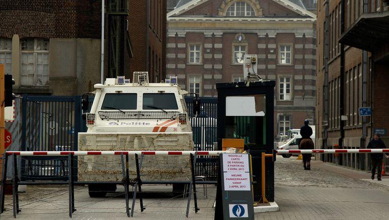 Verhoogde veiligheidsmaatregelen aan de politiekazerne in Etterbeek uit angst voor een wraakactie. Beeld BELGA
